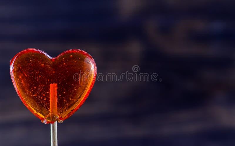 在心脏形状的棒棒糖  免版税库存图片