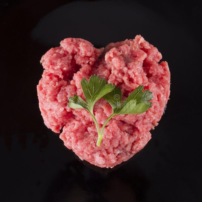 在心脏形状的生肉  免版税图库摄影