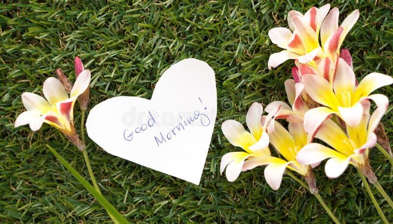在心脏形状的笔记与词早晨好! 免版税库存照片
