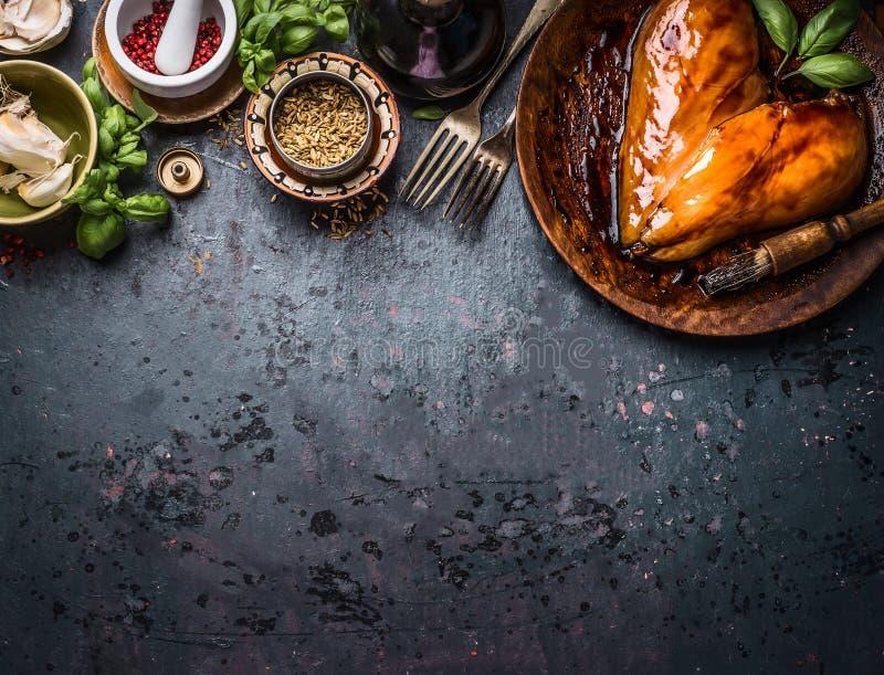 在心脏形状的鸡胸脯在土气黑暗的国家桌背景的肉烹调的或格栅与成份:草本,香料 免版税库存照片