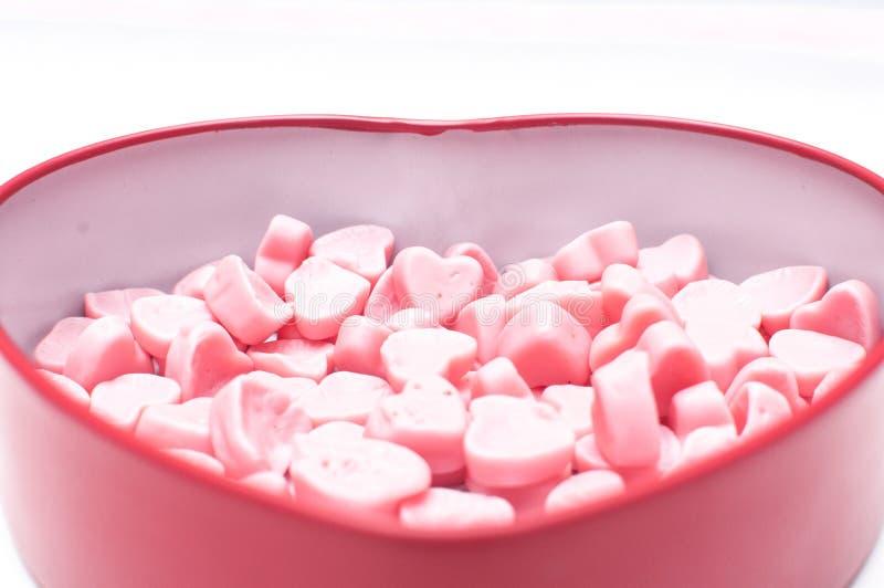 在心脏形状箱子的桃红色心脏糖果情人节孤立的 免版税库存照片