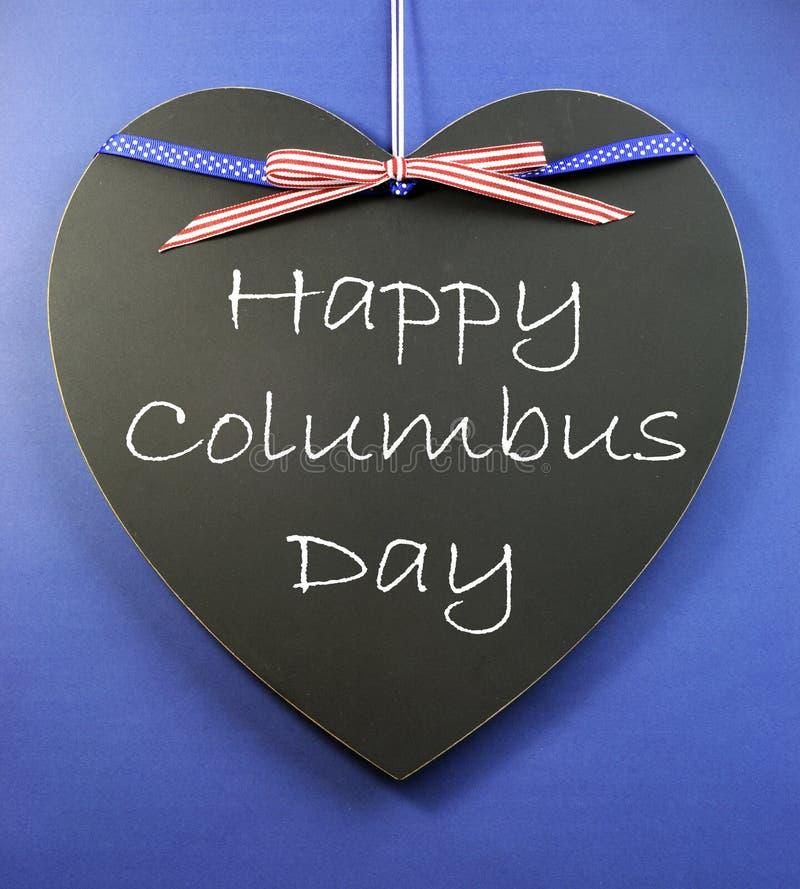 在心脏形状黑板写的美国假日愉快的哥伦布日消息标志问候 免版税库存照片