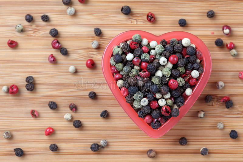 在心脏碗的混杂的干胡椒 库存照片