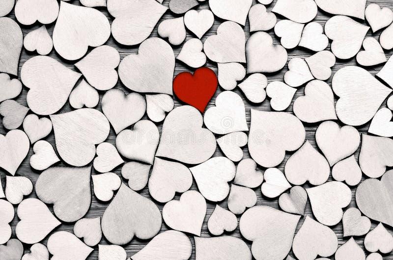 在心脏背景,情人节概念的红色木心脏 免版税库存照片