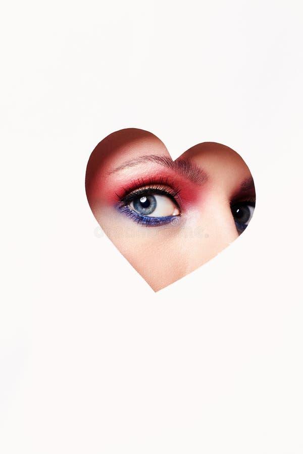 在心脏里面的美丽的妇女眼睛 免版税库存图片