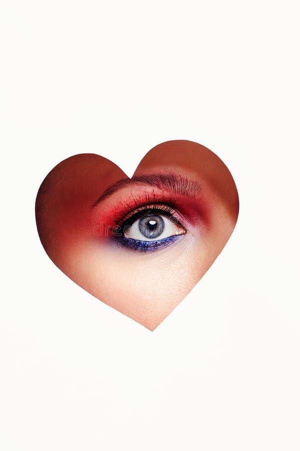 在心脏里面的美丽的妇女眼睛 免版税库存照片