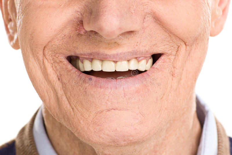在快乐老人微笑的特写镜头 免版税图库摄影