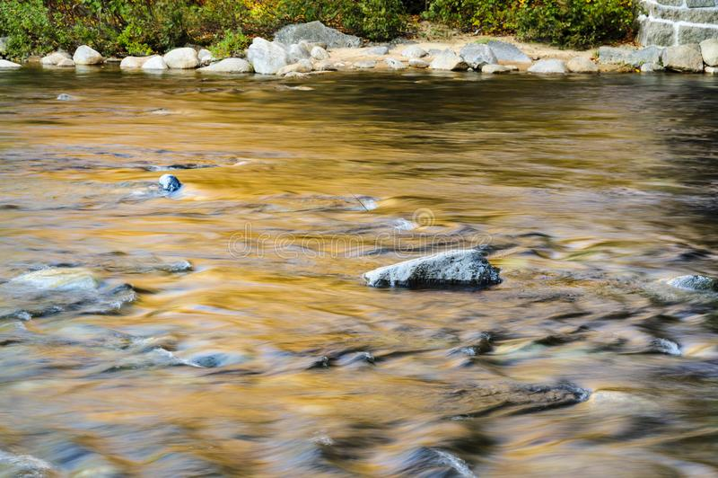 在快速河的秋天早晨 库存图片
