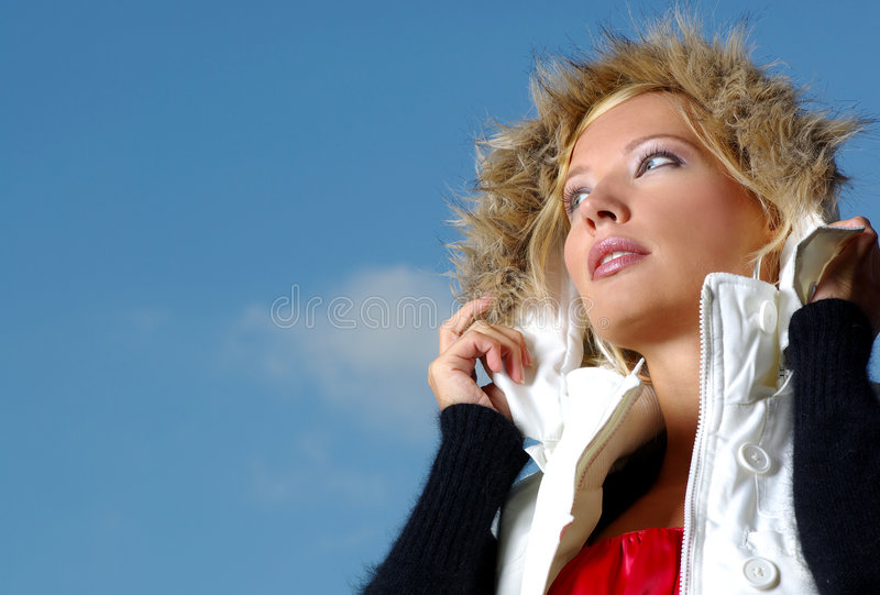在性感的天空的金发碧眼的女人 免版税库存照片