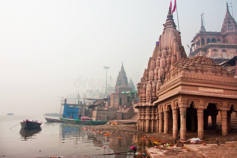 在恒河寺庙的清早雾 库存图片