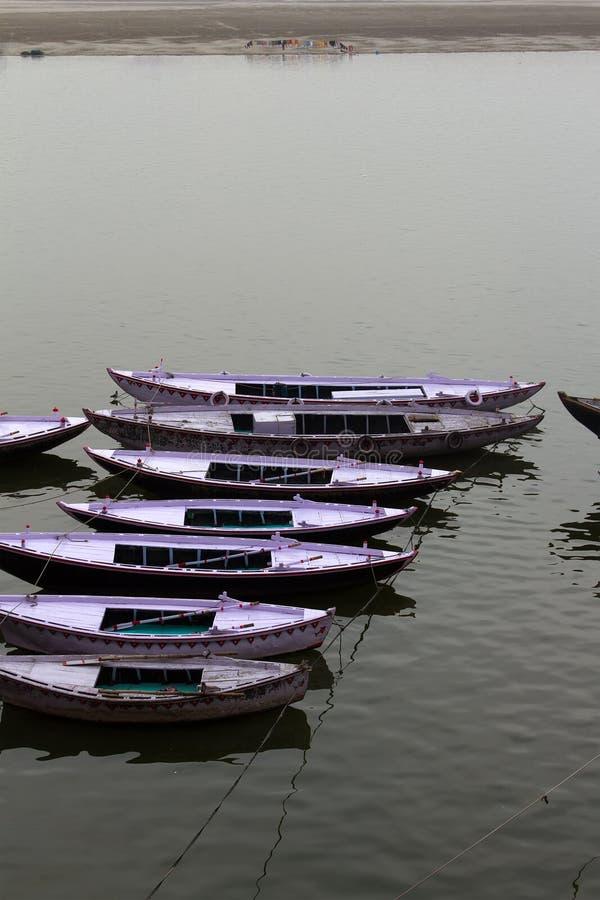 在恒河的典型的双向小船 免版税库存图片