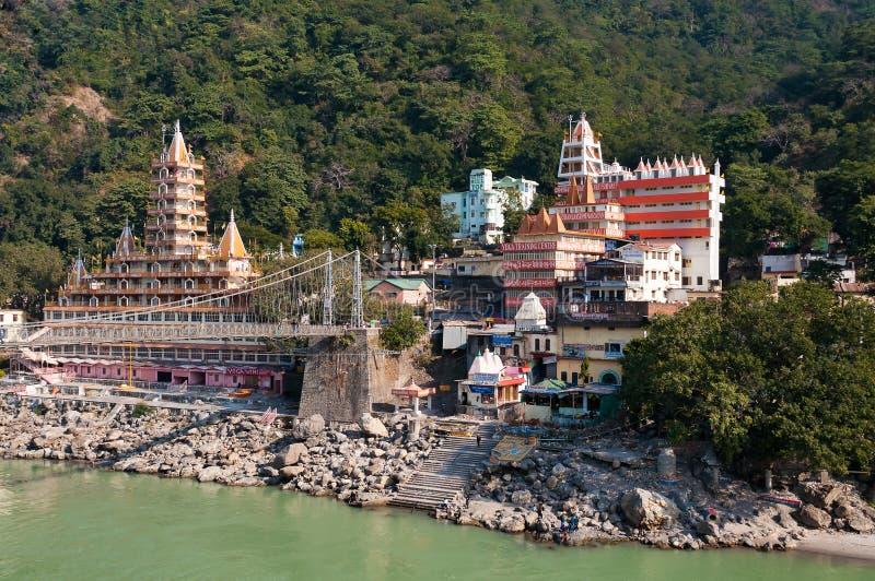 在恒河的泰罗的Manzil寺庙和Laxman Jhula桥梁 库存图片