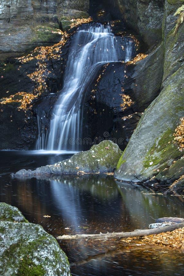 在恩德斯国家公园的柔滑的瀑布在Granby,康涅狄格 免版税库存图片