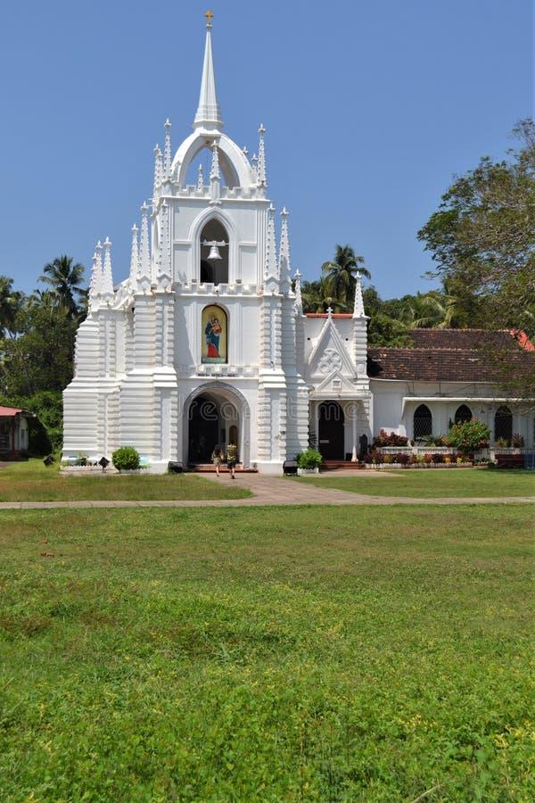 在恰朗格乌泰海滩附近的美丽的教会在果阿 免版税库存照片