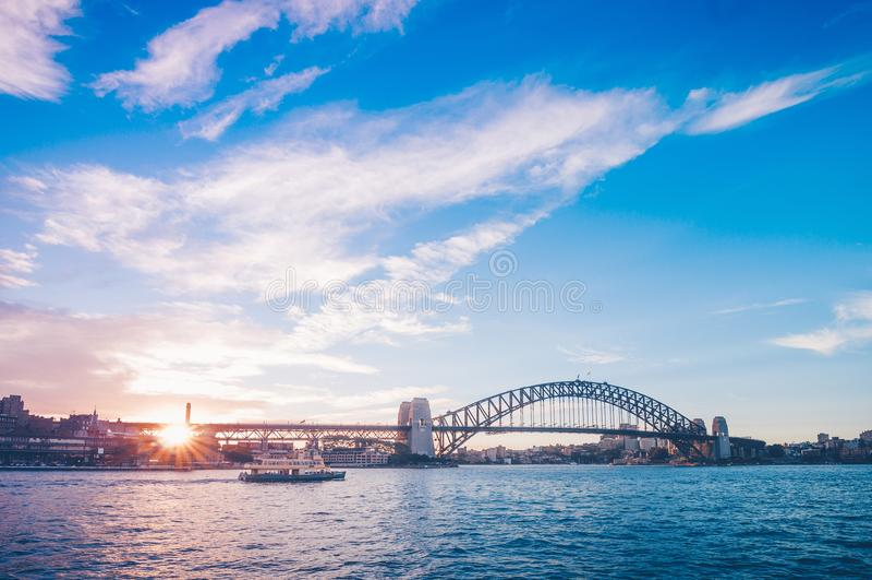 在悉尼港桥的著名日落 江边的惊人的看法在歌剧院附近的 库存照片