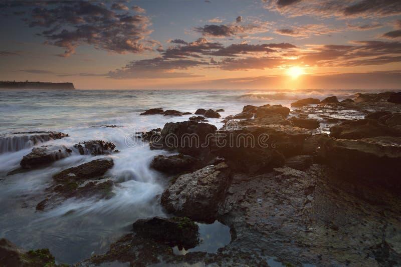 在悉尼的Warriewood海滩的日出 免版税库存照片