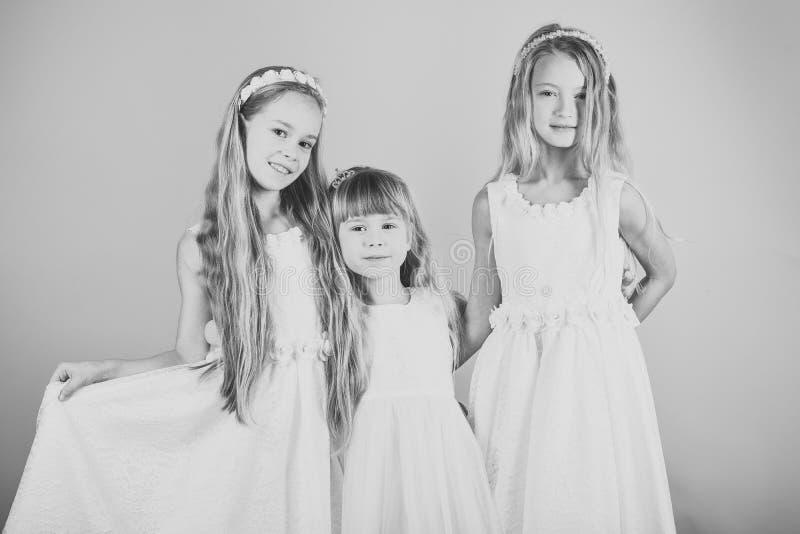 在您的网站面对时尚小女孩或孩子 小女孩在您advertisnent的面孔画象 小组愉快的孩子  库存照片