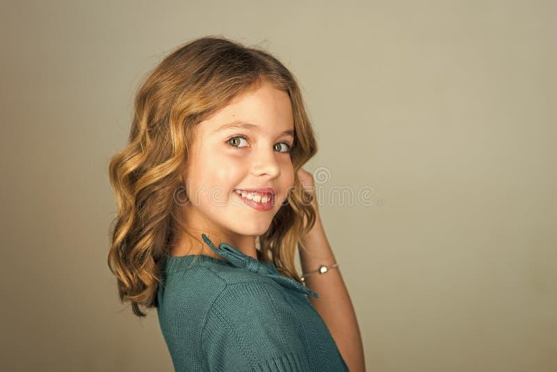 在您的网站面对时尚小女孩或孩子 站立在灰色背景的可爱的微笑的小女孩 图库摄影
