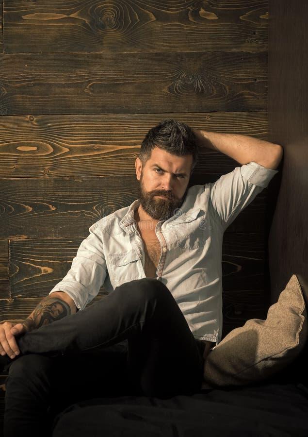 在您的网站面对时尚男孩或人 人在您advertisnent的面孔画象 便衣的英俊的有胡子的人 免版税库存图片
