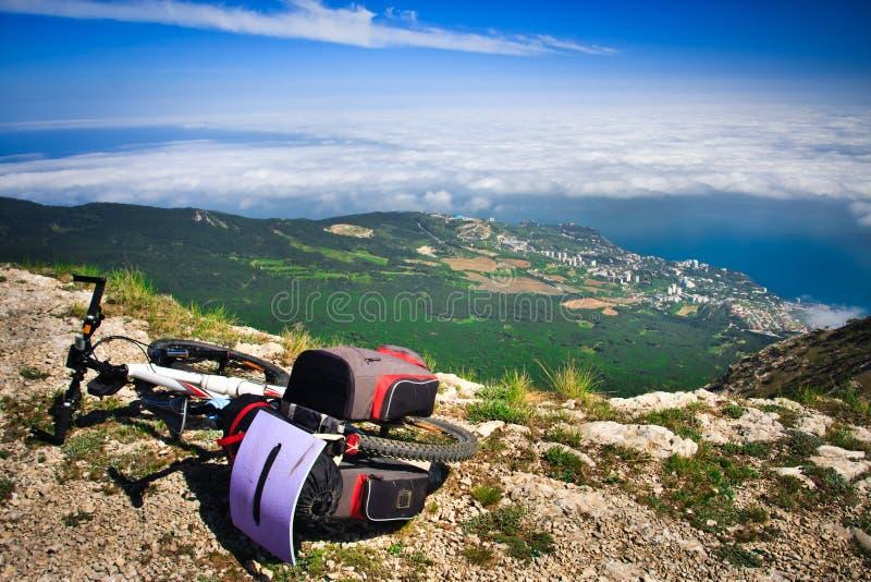 在悬崖的自行车 免版税库存图片