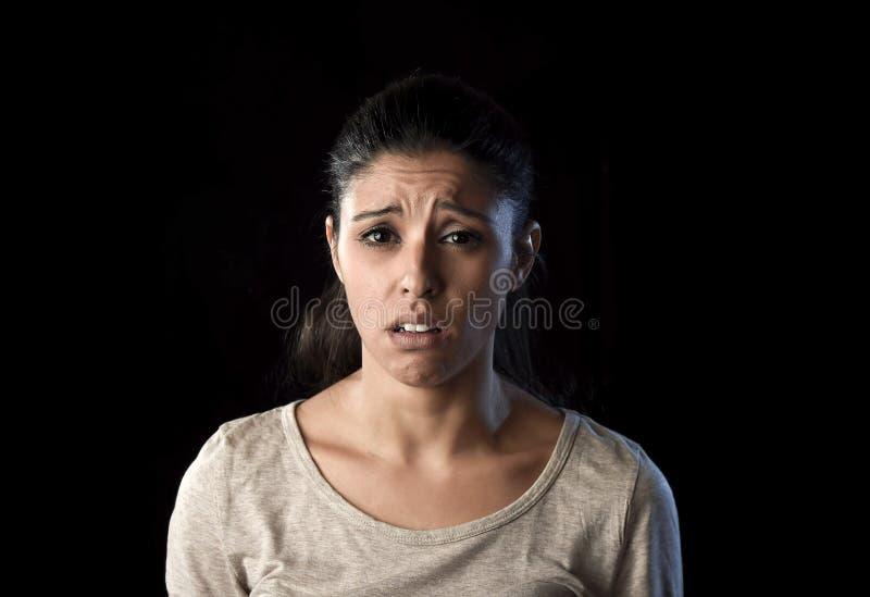 在悲伤和重音的有吸引力的哀伤和绝望拉丁妇女哭泣的被挫败的遭受的问题 图库摄影