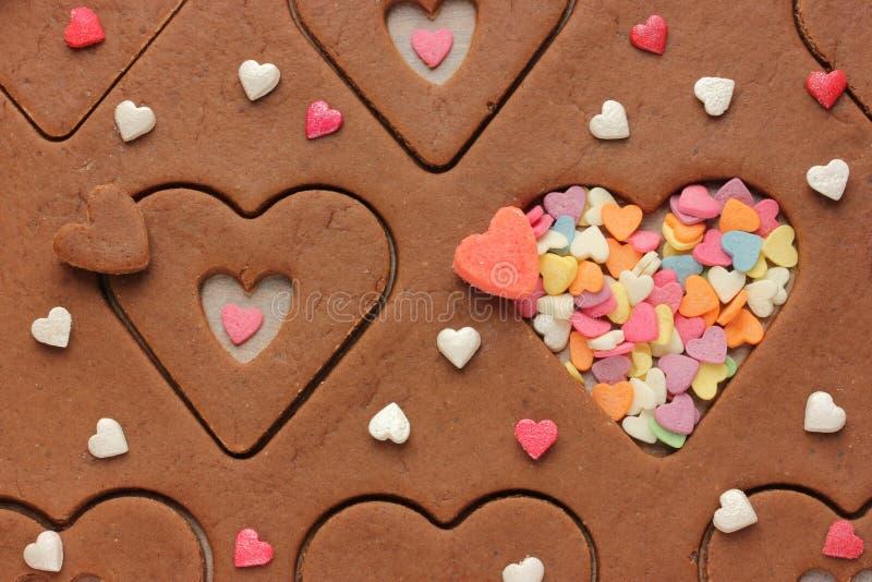 以洒在情人节的心脏和糖的形式曲奇饼 图库摄影
