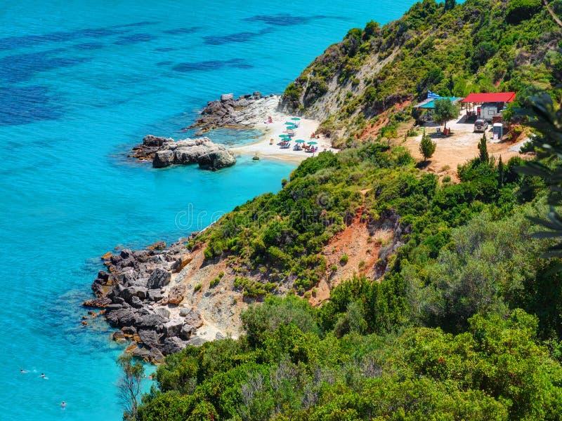 在惊人的海岛海湾的美丽的景色与游泳和沙子snd石头的敬酒人靠岸,爱奥尼亚海大海,近XI 库存照片