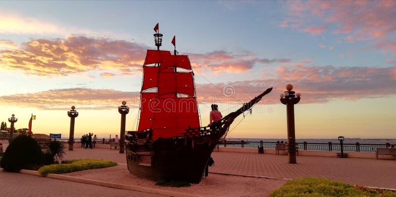 在惊人的海日落的背景的猩红色风帆 库存图片