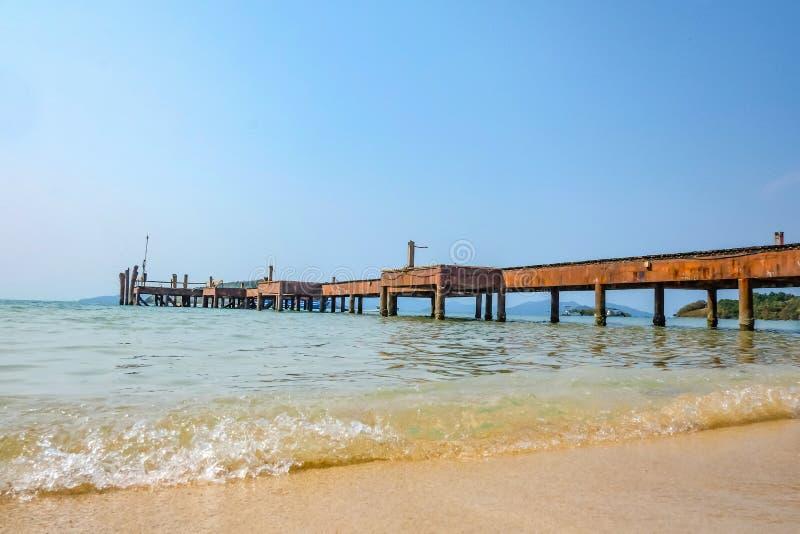 在惊人的田园诗海滩的木码头和k的热带海洋 免版税图库摄影