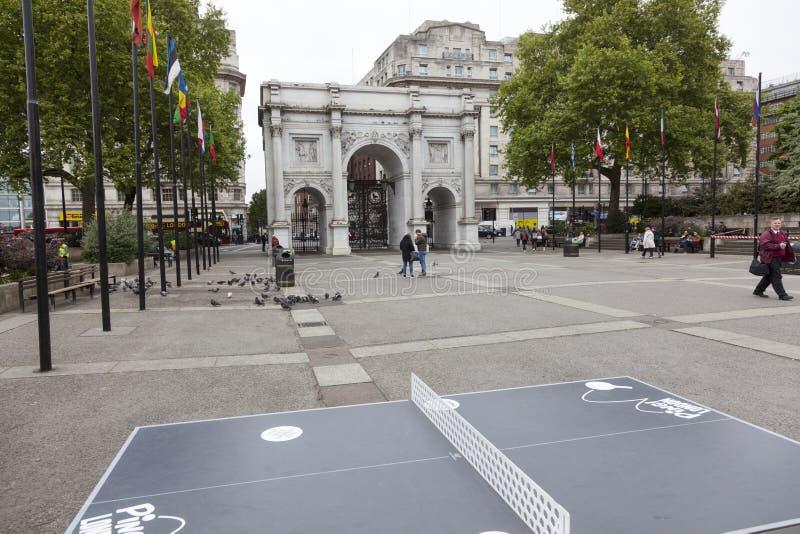 在惠灵顿` s曲拱前的乒乓球桌在伦敦 免版税图库摄影