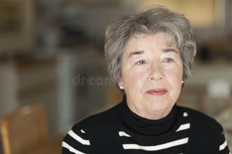 在想法失去的一名资深妇女的画象 免版税库存图片