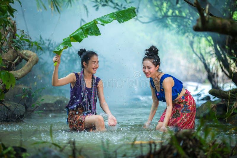 在愉快样品的小河的逗人喜爱的女孩游泳  库存照片