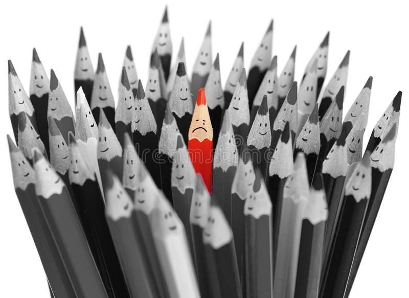 在愉快的铅笔中人群的哭泣的红色铅笔  免版税库存图片