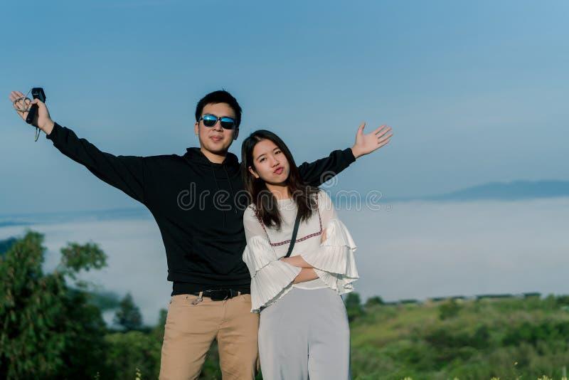 在愉快约会岗位的一对夫妇有顶视图哦在backgroud的小山 亚裔青年期人白色的一个亚裔青少年 免版税库存照片