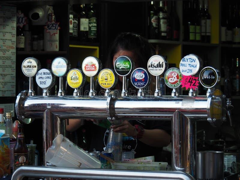 在愉景湾轮渡码头附近的一个饮料立场 有各种各样的收藏的不同 库存照片