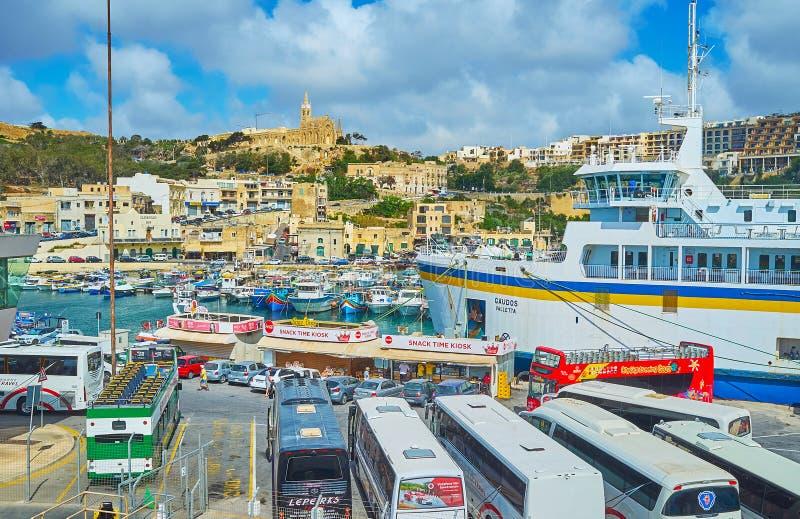 在戈佐岛海岛,马耳他上的繁忙的轮渡码头 图库摄影