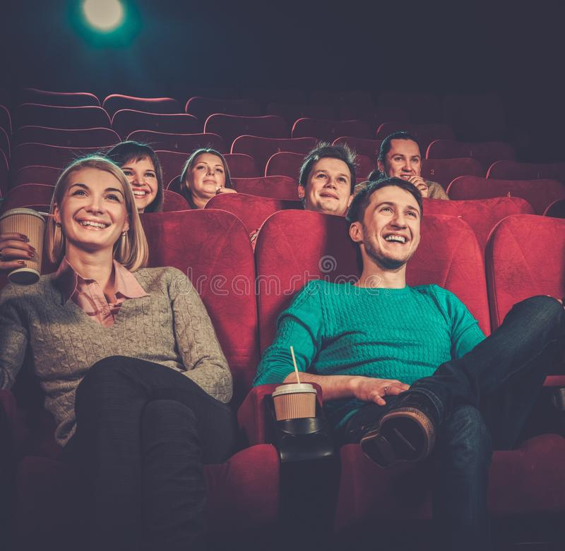 在戏院的人观看的电影 免版税库存图片