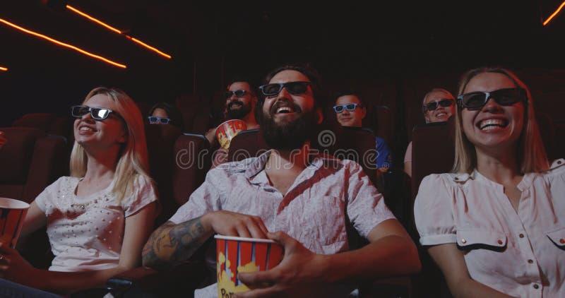 在戏院的观众观看的喜剧电影 免版税库存照片