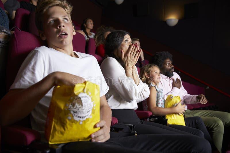 在戏院观看的恐怖片的观众 库存图片