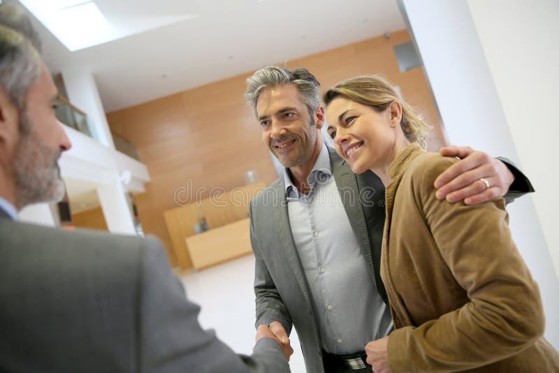 在成功的协议以后的握手以客户 免版税库存照片