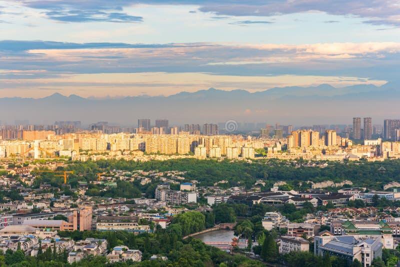 在成都市的光束有山的在背景中 免版税库存图片