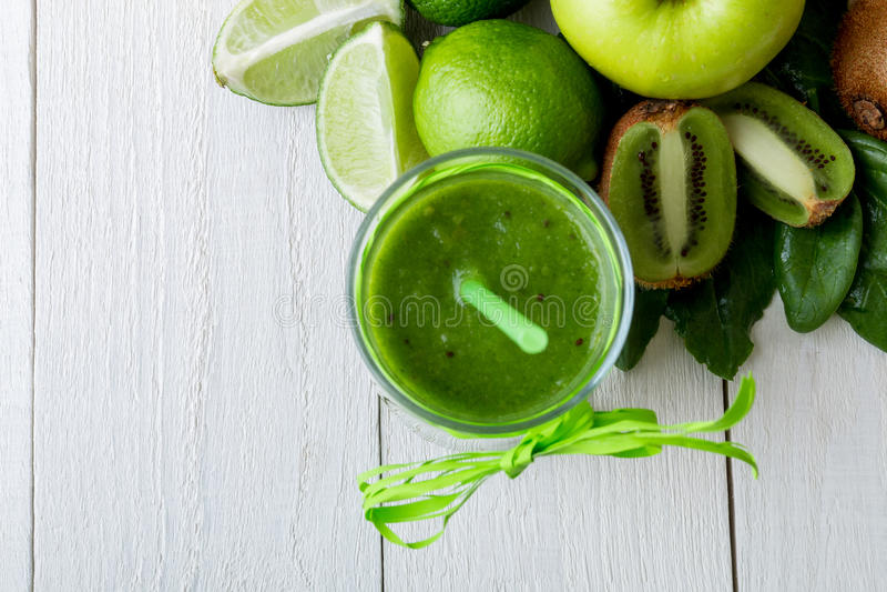 在成份附近的绿色圆滑的人它的在白色木背景 苹果计算机,石灰,菠菜 戒毒所 健康饮料 顶视图 库存图片