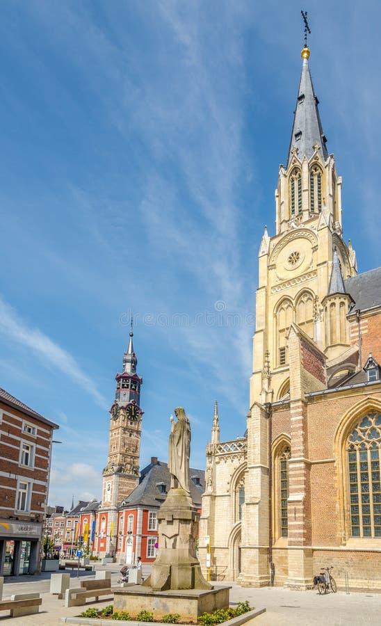 在我们的夫人教会钟楼的看法在Sint Truiden -比利时 免版税库存照片
