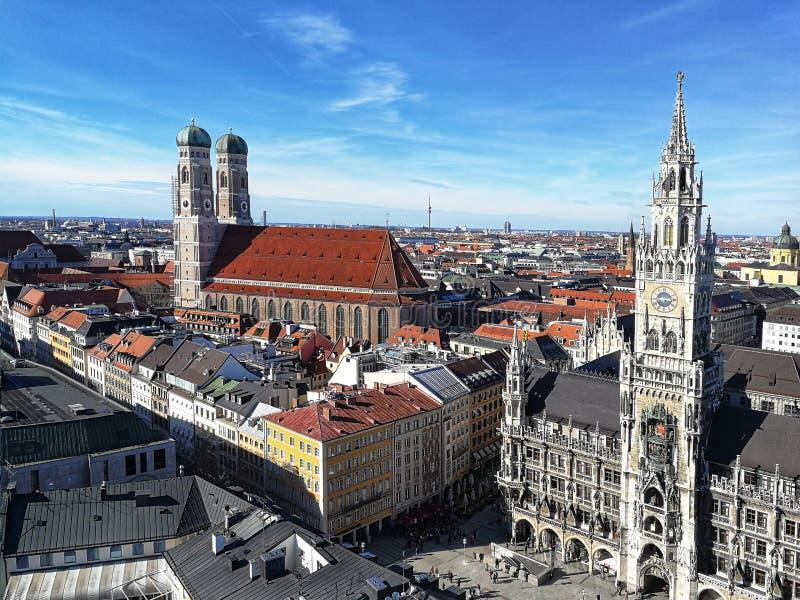 在我们的夫人新村城镇厅和大教堂教会,慕尼黑的美丽的景色 免版税库存照片