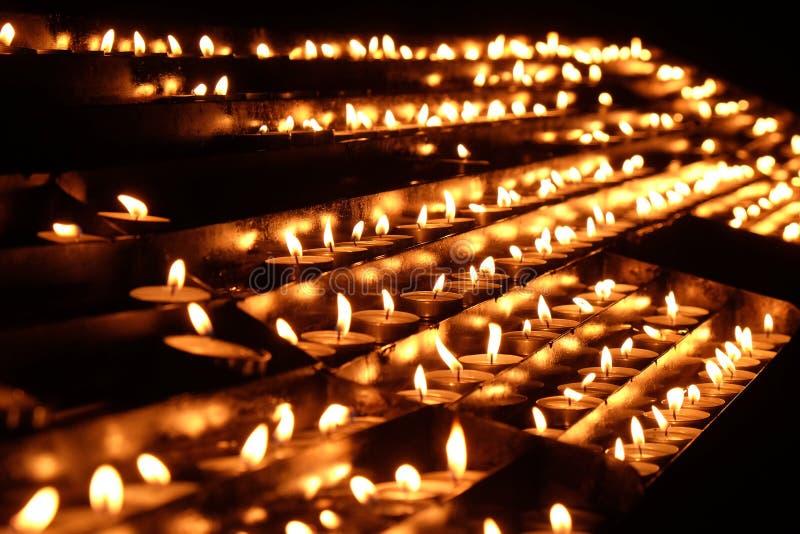 在我们的夫人法坛的升蜡烛在大教堂里在萨格勒布 免版税图库摄影