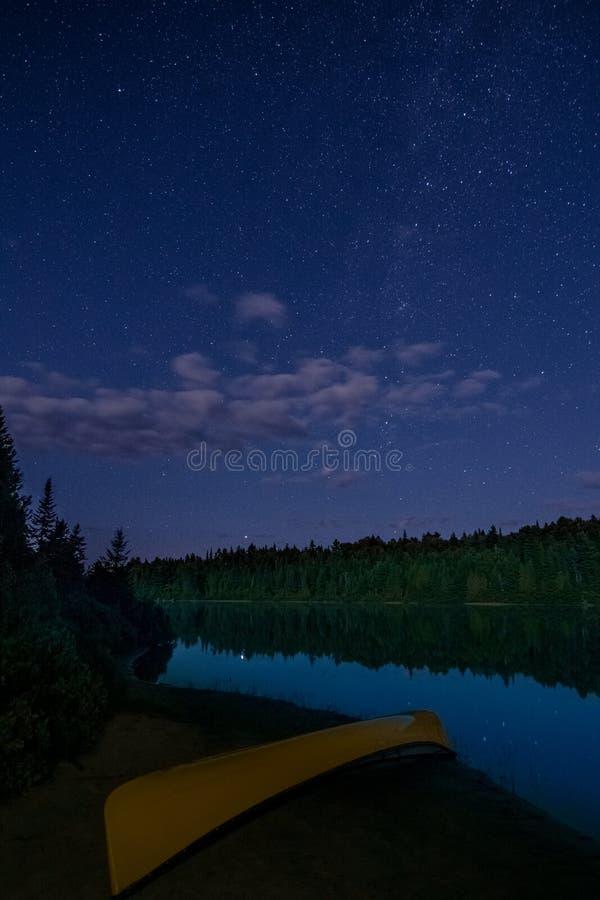 在我独木舟野营的旅行期间的平安的片刻 免版税库存照片