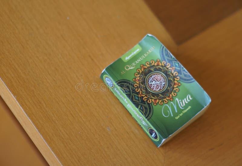 在我的木桌上的Qur'an 库存图片