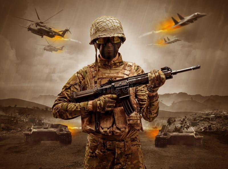 在战争中间的武装的战士身分 免版税库存照片