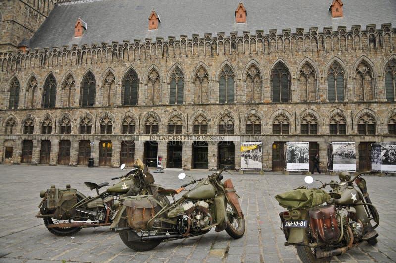 在战争博物馆前面的三辆WLA军用摩托车 库存图片
