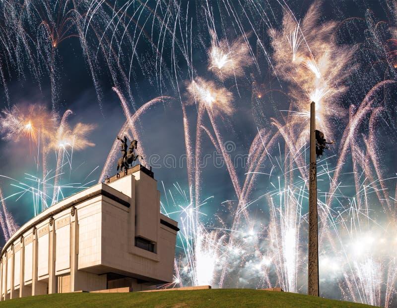 在战争纪念建筑的烟花在Poklonnaya小山的古拉,莫斯科,俄罗斯胜利公园 库存图片
